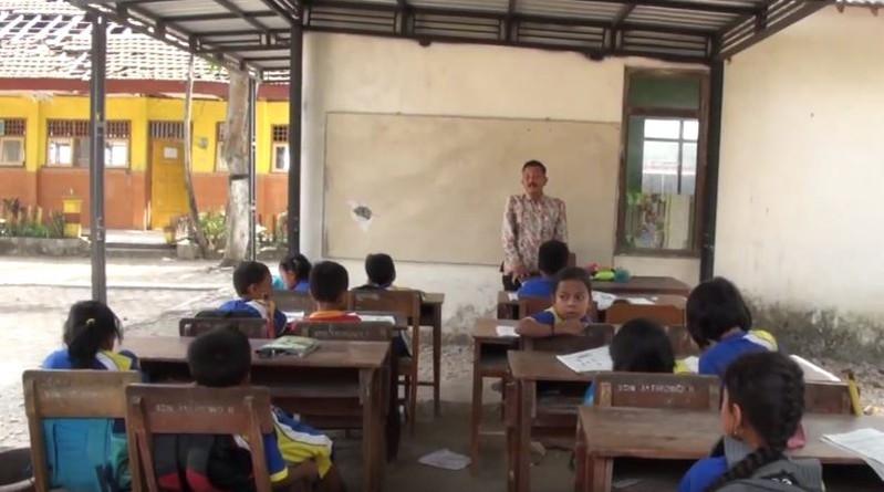 Ruang Kelas Nyaris Roboh, Siswa SD Jatirowo di Mojokerto Belajar di Parkiran