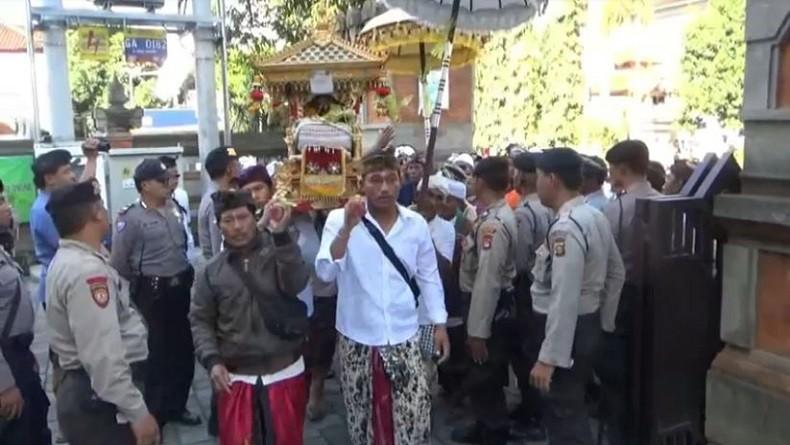 Warga Bawa Pretima Sakral saat Sidang Lahan Adat, Petugas PN Gianyar Kebingungan