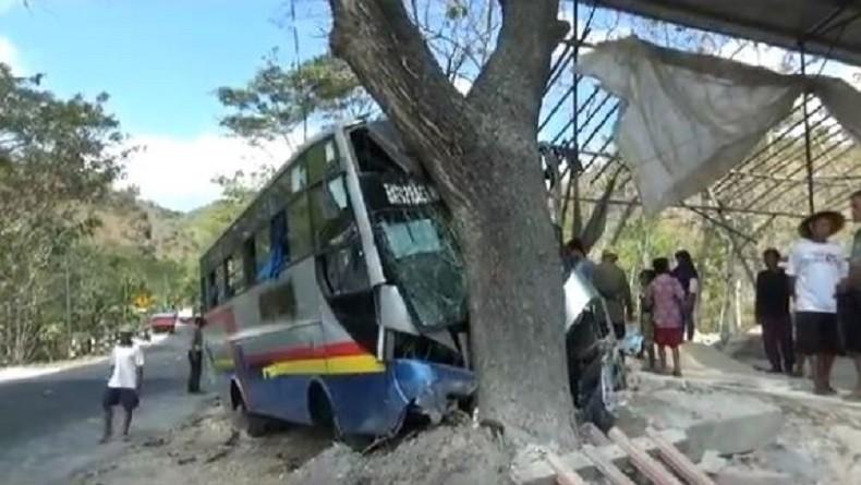 Truk Tronton Tabrak Bus di Gunungkidul, 13 Penumpang Dilarikan ke Rumah Sakit