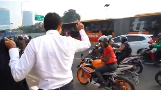 Macet,  Sandiaga Uno Jalan Kaki Hadiri Sidang Tahunan MPR