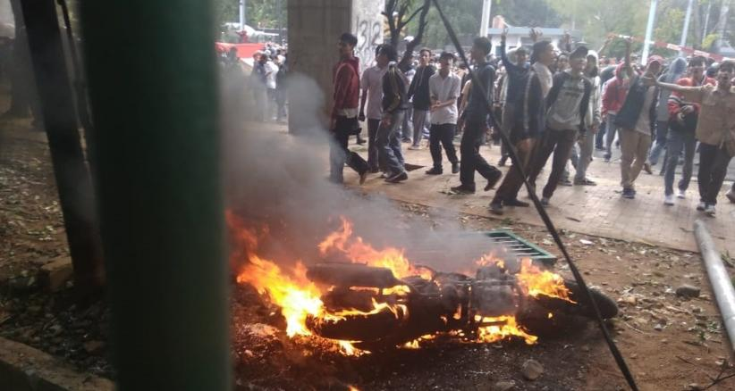 Sepeda Motor Milik Wartawan Okezone Dibakar Massa saat Kericuhan di DPR