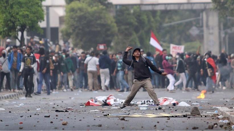 Memaksa Masuk Gedung DPR, Massa Pengunjuk Rasa Bentrok dengan Polisi