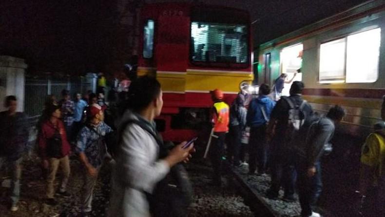 Imbas KRL Bogor-Jakarta Tabrak Minibus di Depok, Pagi Ini Penumpang Menumpuk di Stasiun