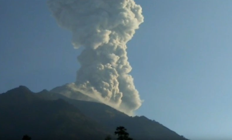 Hujan Abu Gunung Merapi Guyur Magelang, BPBD Bagikan Ratusan Masker