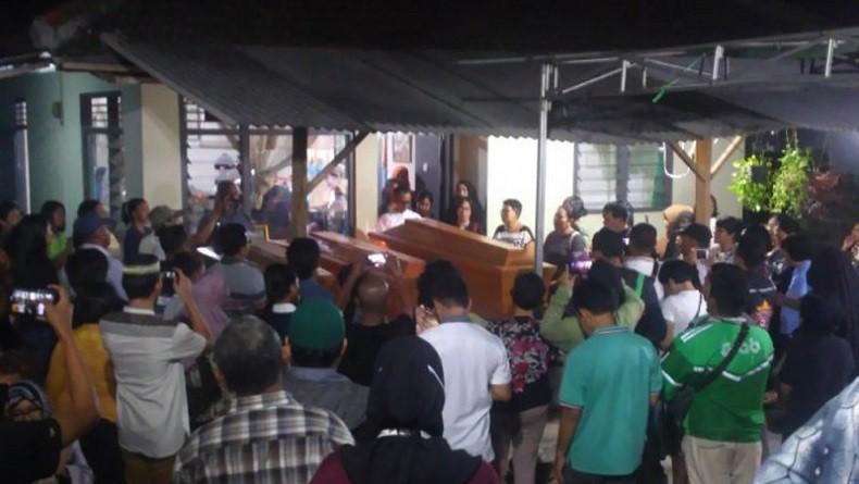 4 Jenazah Korban Kecelakaan Tol Trans Sumatera Lampung Disambut Isak Tangis Keluarga