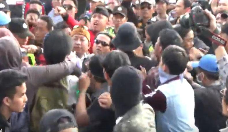 Hari Sumpah Pemuda, Mahasiswa dan Ormas Bentrok di DPRD Jabar