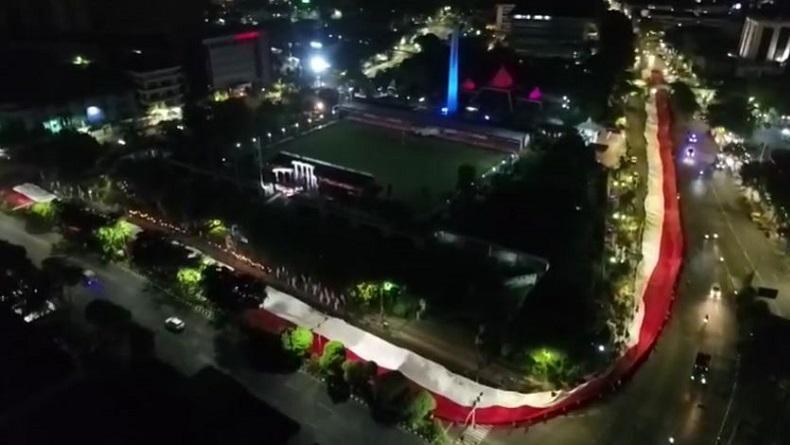 Peringati Hari Pahlawan, Ribuan Warga di Surabaya Angkat Bendera Sepanjang 500 Meter