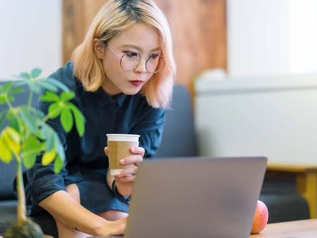 Perempuan Jepang Dilarang Pakai Kacamata di Tempat Kerja, Picu Kemarahan