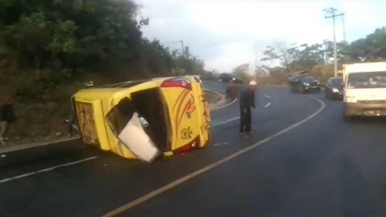 Minibus Rombongan Pengantin di Tasikmalaya Terbalik, Belasan Penumpang Luka-Luka