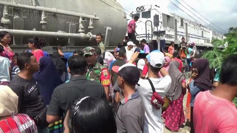 Melamun di Perlintasan, Pria Paruh Baya di Padang Tewas Ditabrak Kereta Api