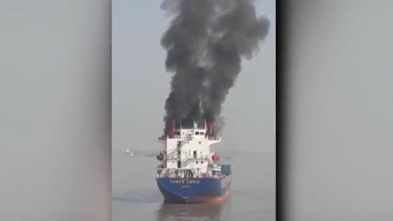 Tunggu Giliran Bongkar Muat, Kapal Kargo Terbakar di Pelabuhan Gresik