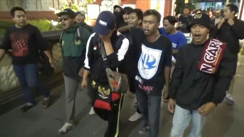 Berlinang Air Mata, Suporter Indonesia yang Ditahan Polisi Diraja Malaysia Tiba di Bali