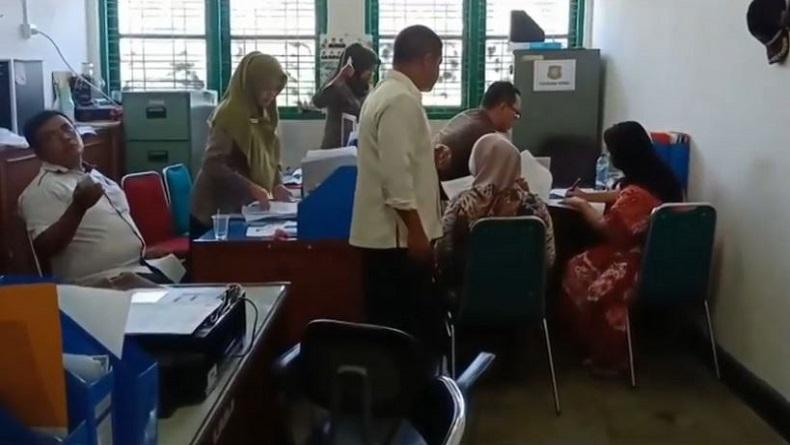 Berduaan di Kamar, Janda 63 Tahun dan Pria 51 Tahun Diserahkan Warga Pariaman ke Satpol PP