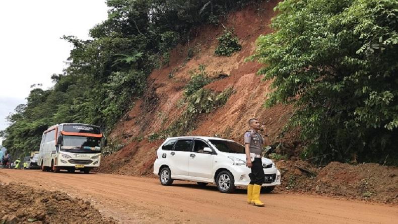 Longsor di Jalur Limapuluh Kota - Payakumbuh, 1 Mobil Bawa 4 Penumpang Terdorong ke Jurang