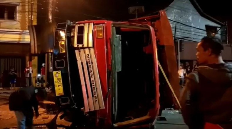 Diduga Rem Blong di Jalan Menurun, Truk Tronton Seruduk 4 Mobil di Ungaran