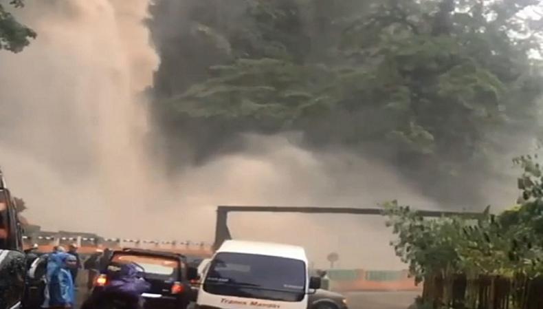 Air Terjun Lembah Anai di Tanah Datar Meluap, Jalur Bukittinggi-Padang Macet Panjang