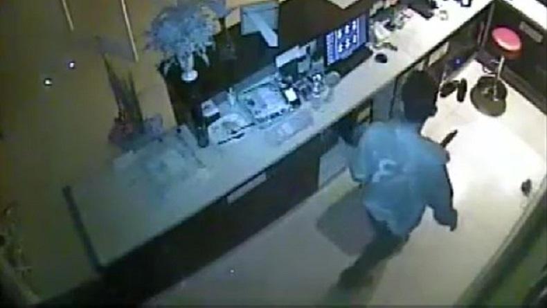 Menyelinap ke Meja Resepsionis Hotel, Pria di Makassar Terekam CCTV Mencuri Ponsel dan Uang