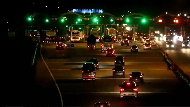 Gerbang Tol Cipali Terpantau Ramai Lancar Pada Malam Natal Bagian 1