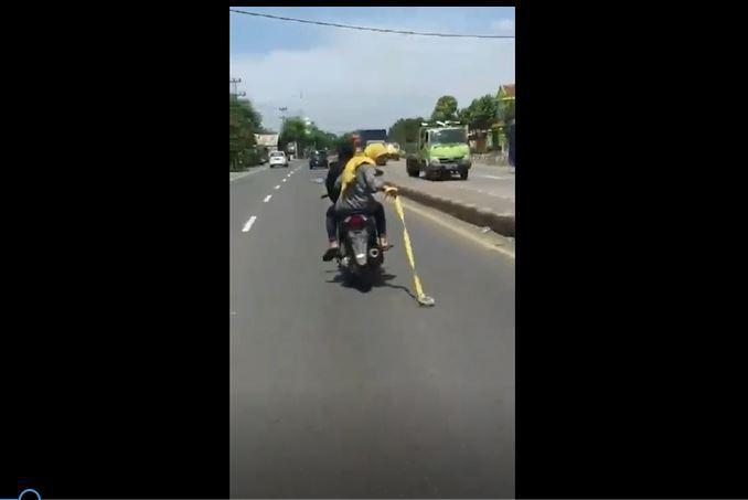 Viral Remaja Putri yang Naik Motor Sambil Bawa Gir, Polsek Cepiring Buru Pelaku