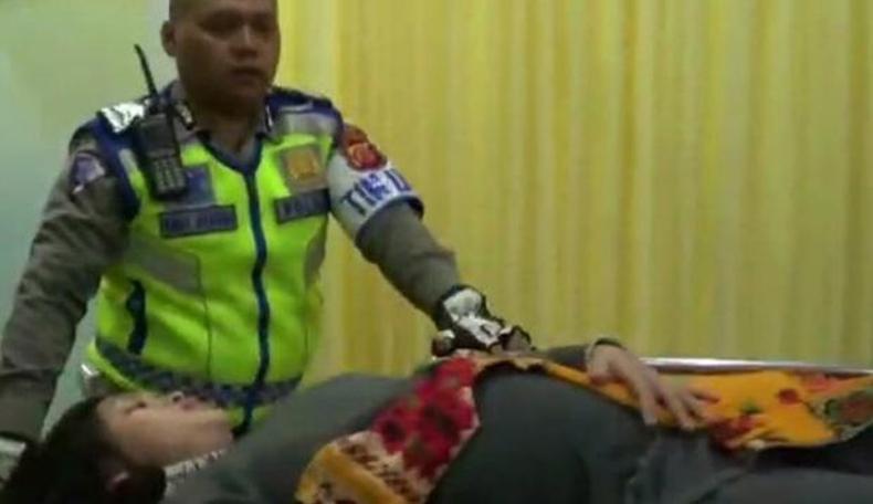 Heroik, Polisi Ini Selamatkan Ibu Hamil Tua dari Kemacetan di Lembang