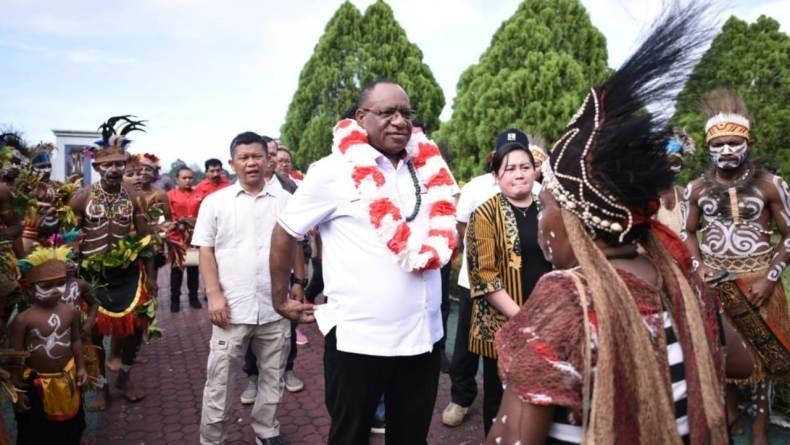 Staf PUPR Diserang Panah, Wamen Wempi Minta Pembangunan Infrastruktur Papua Didukung