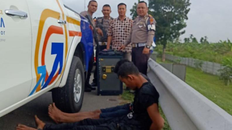 PJR Polda Sumut Tangkap 2 Pencuri Brankas SMA 1 Sampali di Tol Belmera