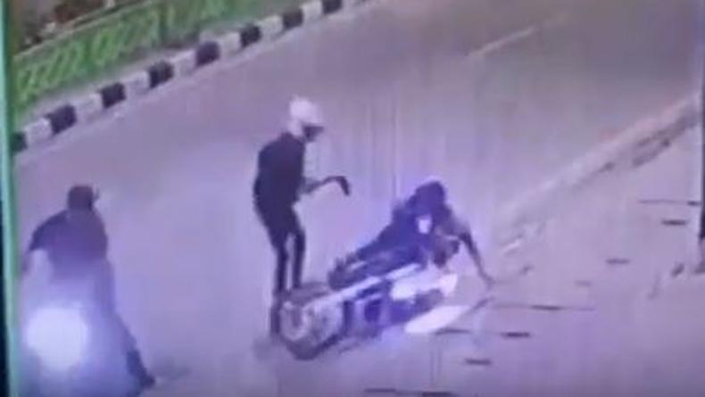 Viral Aksi Begal Motor Sadis Bacok Kakek 61 Tahun di Underpass Titi Kuning Medan