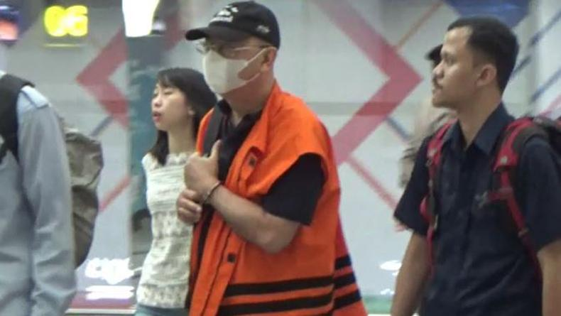 DzulmiEldin Tiba di Bandara Kualanamu dengan Rompi Oranye dan Tangan Diborgol