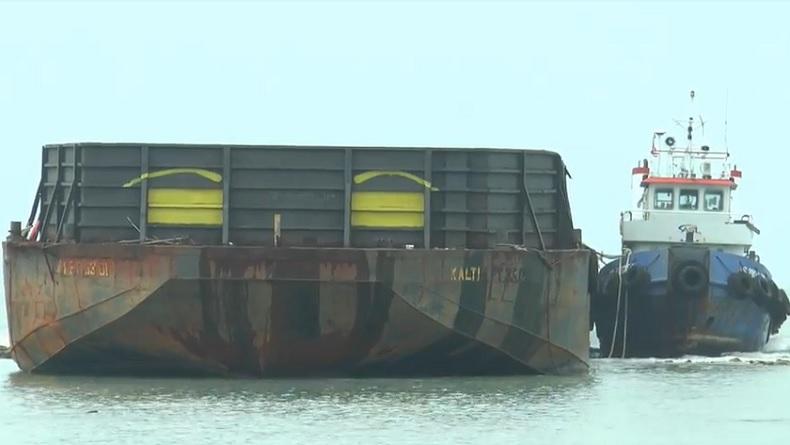 Kapal Tongkang Kandas di Pantai Kartini Jepara akibat Cuaca Buruk
