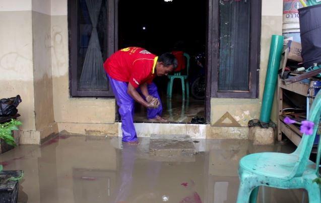 Banjir di Kalijaga Cirebon Surut, Warga Bersihkan Rumah dari Lumpur