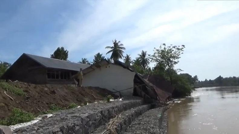 Bangunan Sekolah di Wajo Ambruk akibat Banjir, Siswa Belajar Duduk di Lantai