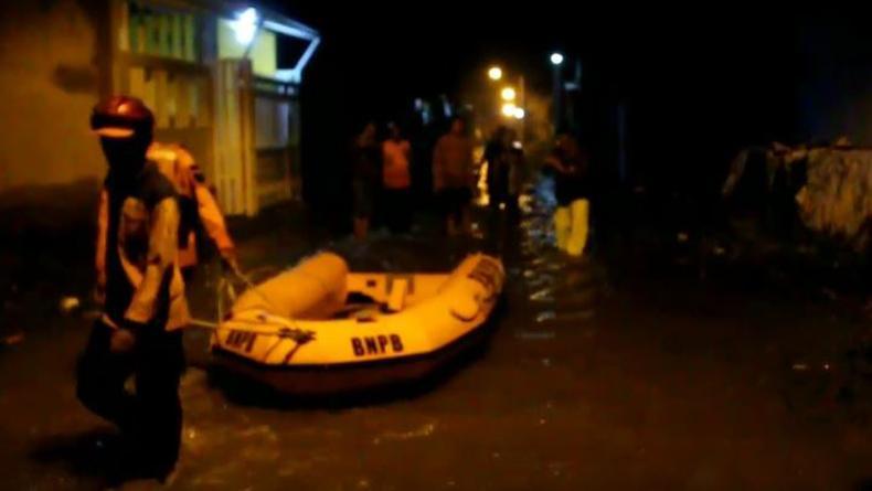 Tanggul Jebol, 135 Rumah Warga di Gamel Cirebon Terendam Banjir hingga 1 Meter