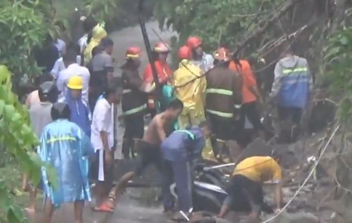 Tembok Puskesmas di Lombok Timur Longsor Timbun 9 Motor akibat Hujan Deras
