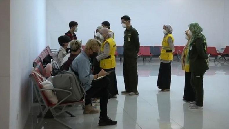 7 Mahasiswa dari China Tiba di Palembang, Keluarga Menyambut dengan Tangis Haru