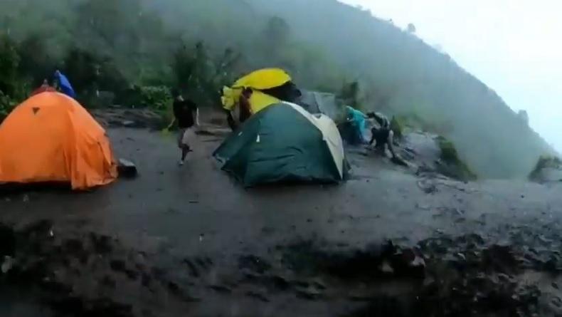 Diterjang Banjir Lahar Dingin di Atas Gunung Merbabu, Pendaki Panik