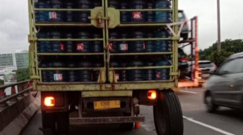 Truk Galon Air Alami Gangguan Ban, Lalu Lintas Tol Cikampek ke Jatinegara Terhambat
