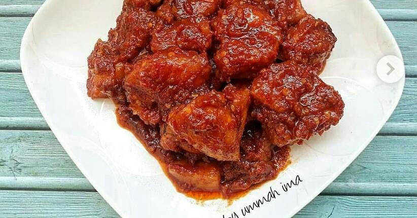 Mencicipi Ayam Masak Merah, Daging Empuk dan Bumbu Super Pedas