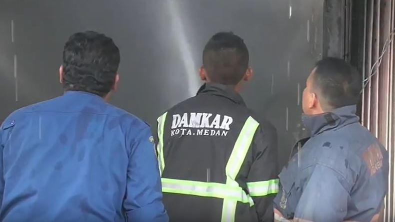 Lalai Tinggalkan Kompor Menyala, 2 Kios Warung Makan di Medan Ludes Terbakar