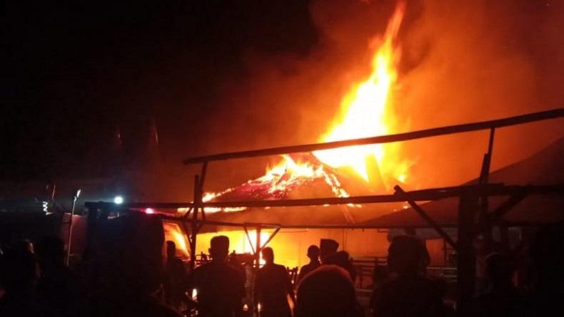 Pasar Sumani di Solok Sumbar Terbakar, 8 Mobil Damkar Dikerahkan Padamkan Api