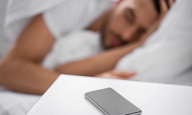 Sering Menatap Layar Ponsel Sebelum Tidur? Waspada, Ini Bahaya yang Intai Anda