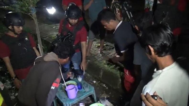 Dibubarkan Polisi, Remaja Mabuk Miras di Makassar Kabur Panjat Tembok Rumah Warga