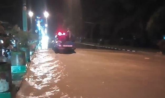 Banjir Rendam Jalan Protokol di Pamekasan