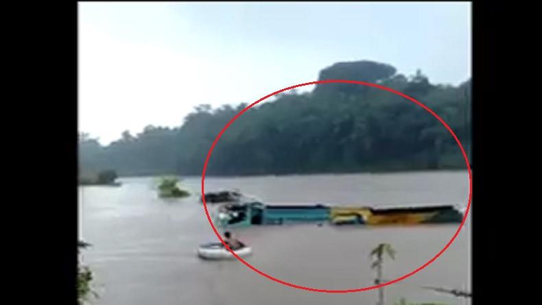2 Truk Pasir dan 2 Ekskavator Terjebak Banjir di Purbalingga