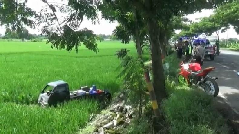 Ngebut di Jalan Berlubang, Mobil Pikap di Tuban Terjun ke Sawah