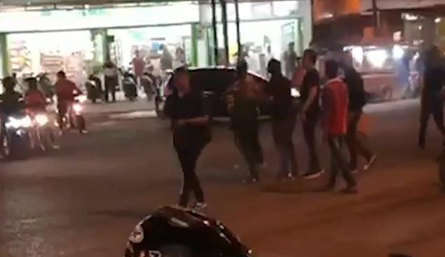 Dipicu Saling Geber Gas Motor, Ormas Pemuda di Medan Bentrok di Tengah Jalan