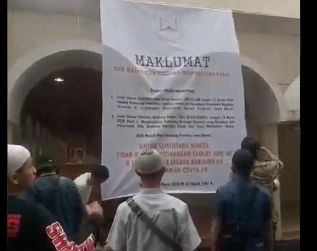 Viral Massa Turunkan Spanduk Maklumat Tidak Salat Jamaah di Masjid Raya Bandung