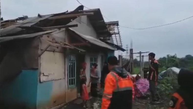 Angin Puting Beliung Sapu 13 Rumah di Tasikmalaya, Warga Mengungsi
