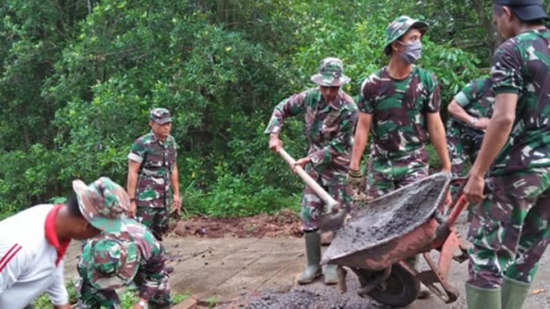 Satgas TMMD dan Warga Gotong Royong Rehab Jembatan hingga Bangun Musala di Kotim