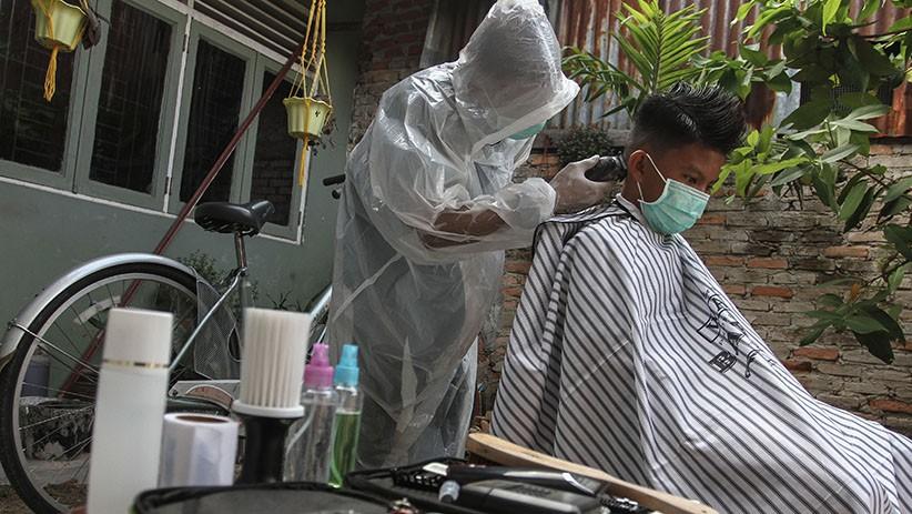 Pakai APD, Tukang Cukur Rambut Ini Terima Jasa Panggilan ke Rumah