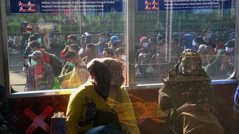 Penumpang Menumpuk di Stasiun Bogor, Tidak Ada Physical Distancing - Bagian 3